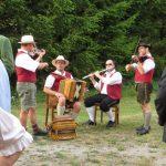 15 Musiker Vorgarten